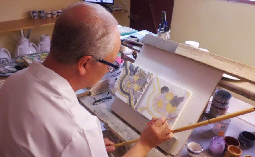 Artesano pintando