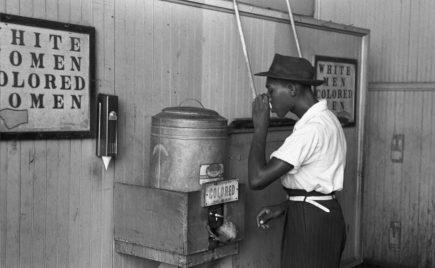 bebiendo agua discriminación laboral