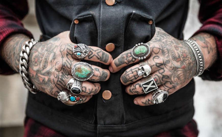 manos discriminación laboral por tatuajes