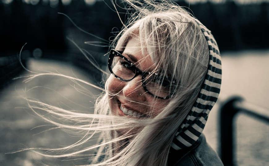 sonrisa de mujer positiva y frases positivas