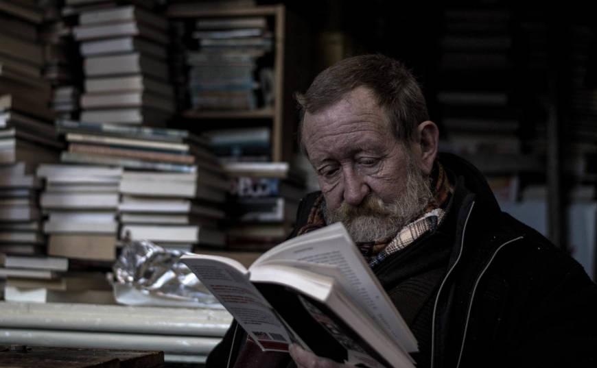 hombre mayor leyendo desarrollo personal