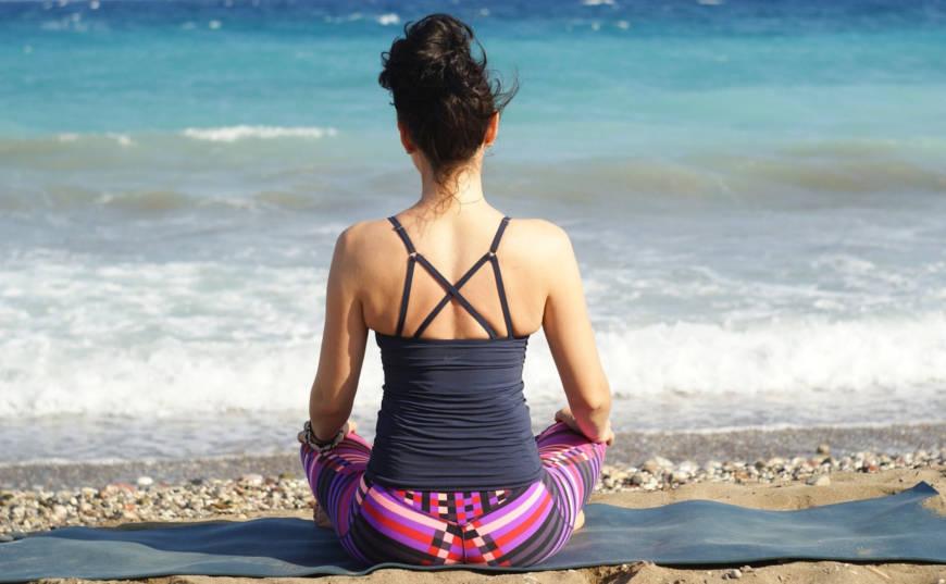 mujer mantra meditar playa