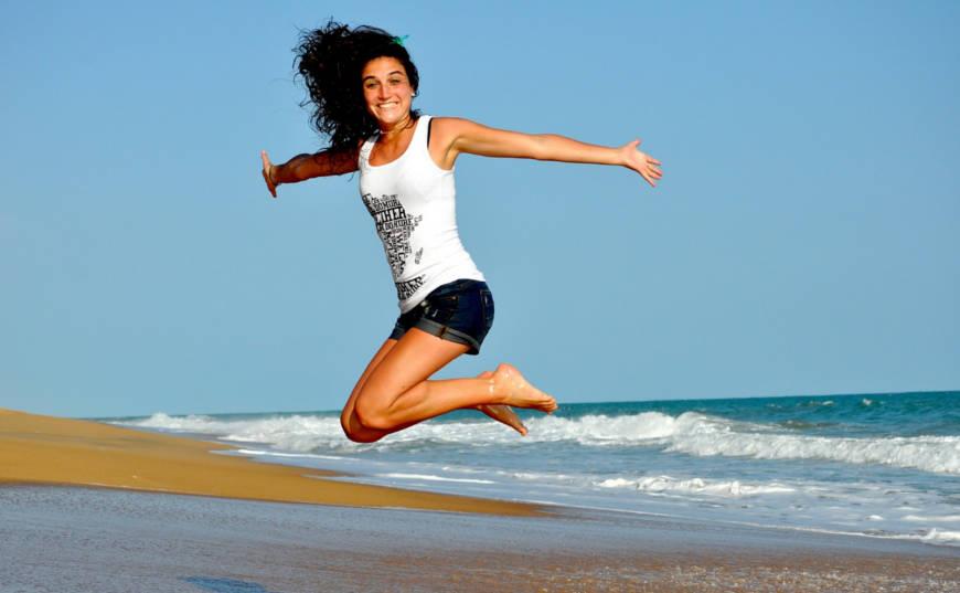 mujer saltando desarrollo personal
