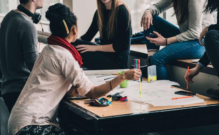 jóvenes estudiantes planeando negocios