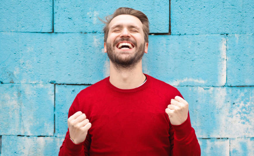Hábitos para ser millonario un hombre con gran sonrisa