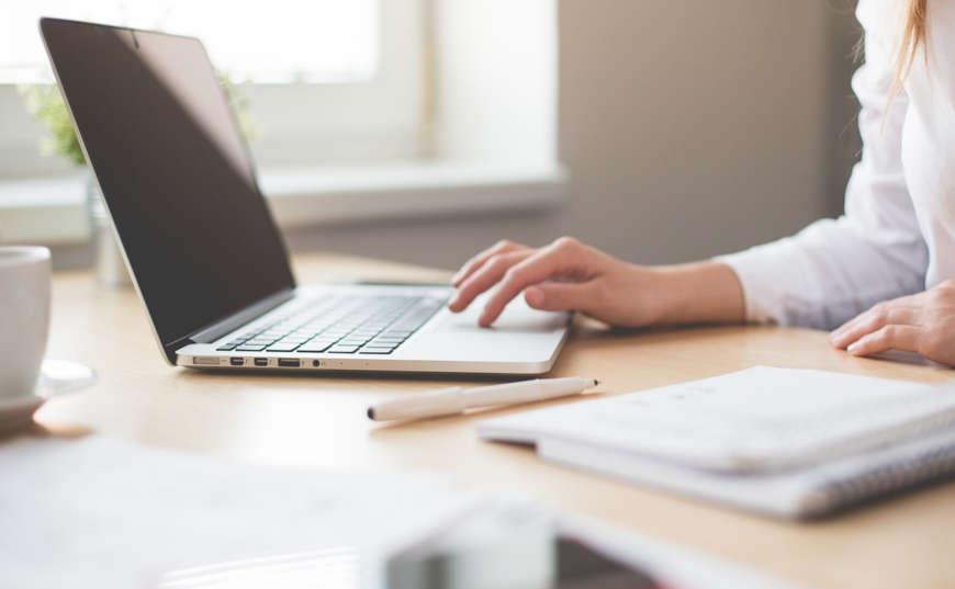 Mujer busca trabajo por internet