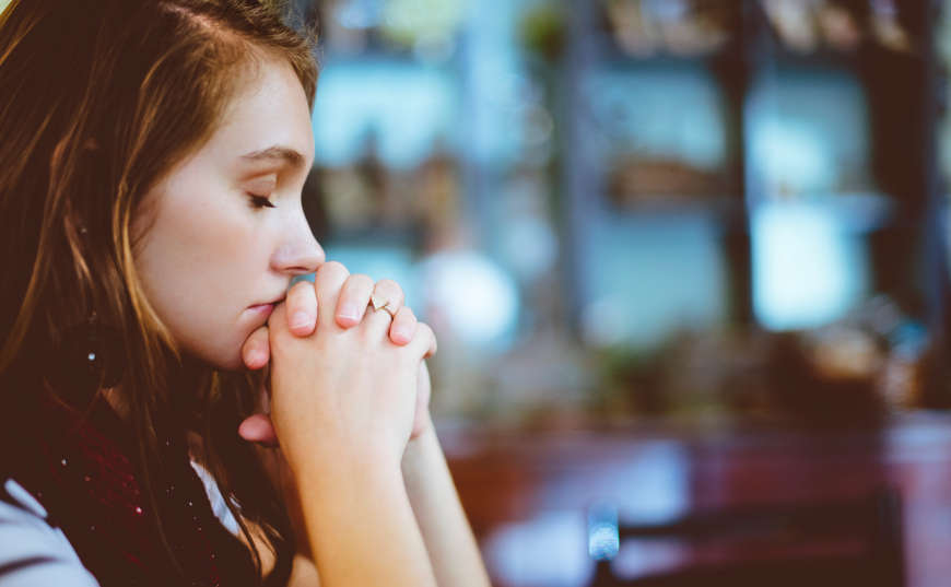 Mujer orando para atraer abundancia