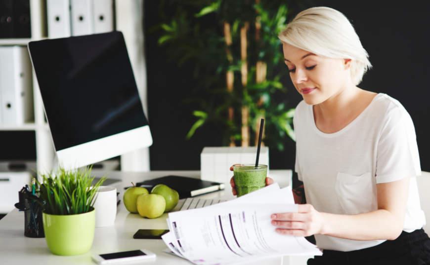 mujer haciendo finanzas personales