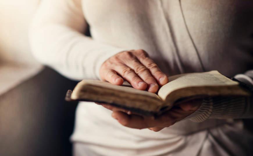 mujer orando con biblia