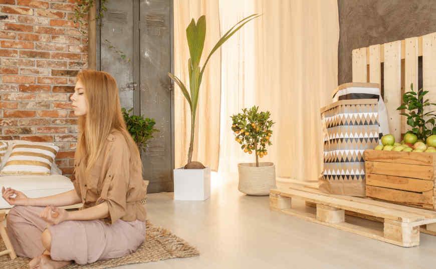 Luna Nueva mujer meditando técnica de Feng Shui