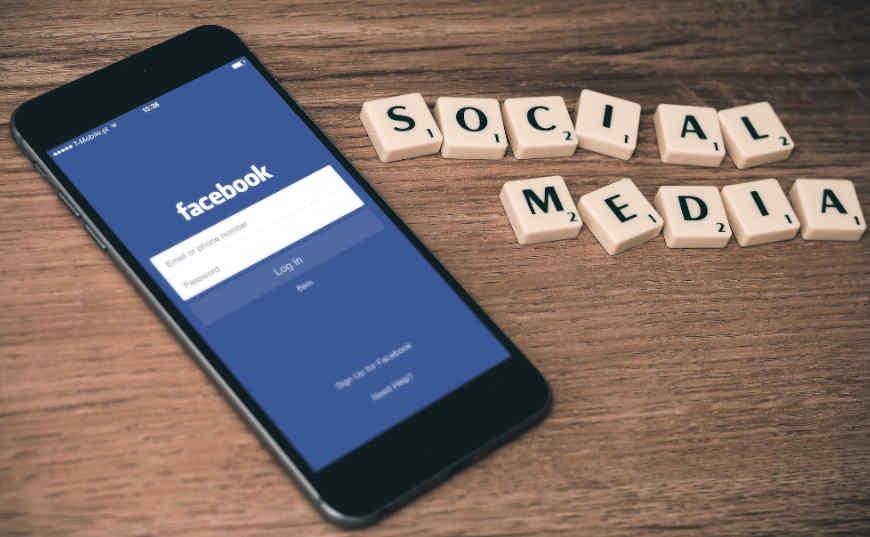 ganar dinero con redes sociales: anuncios en facebook