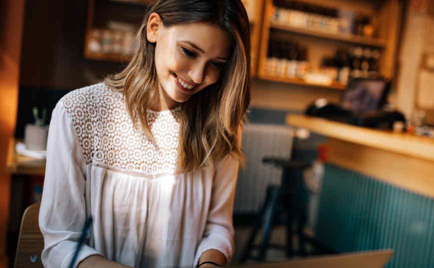 Consejo 1 Crea tu weblog de nicho: chica con laptop