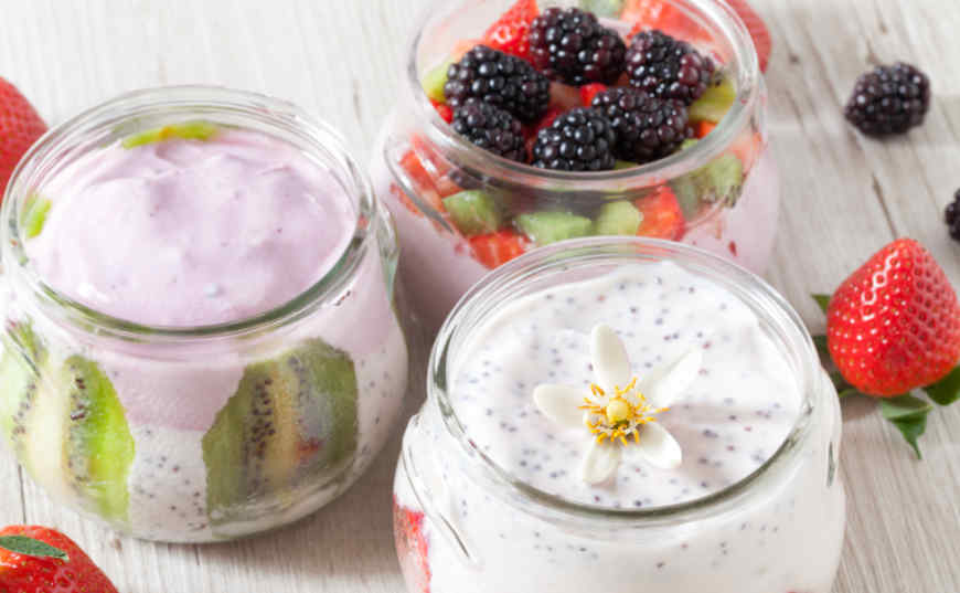 envasado de yogurt con frutas