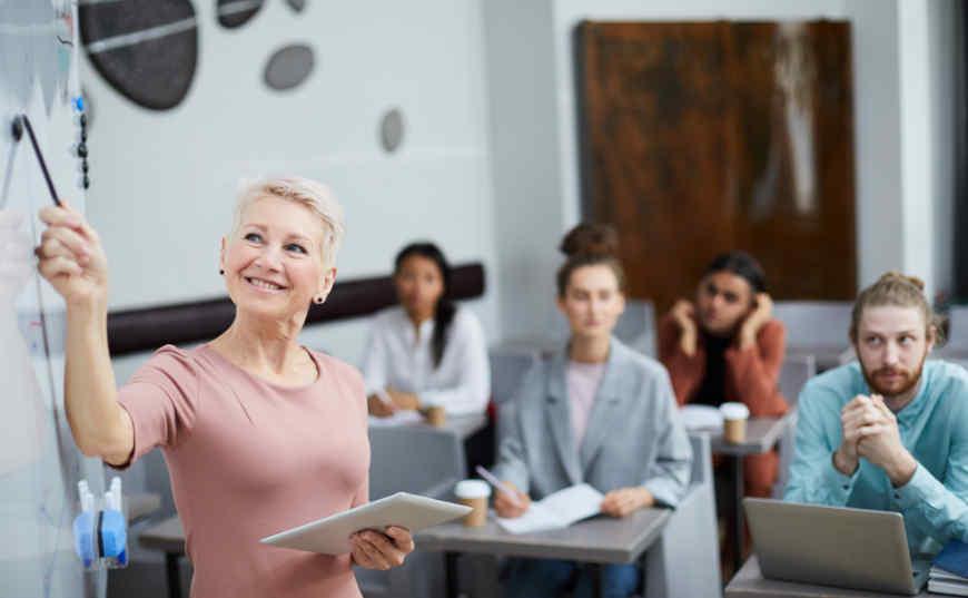 personas mayores tomando cursos de capacitación laboral