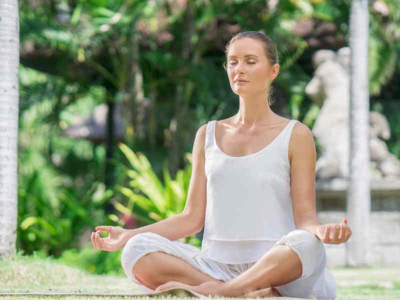 meditación mujer de blanco